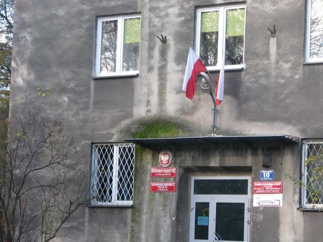flaga_ma_kontakt_z_budynkiem